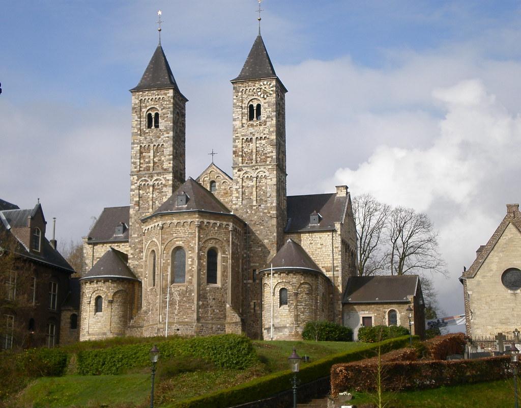 Afbeelding met gras, gebouw, kerk, huis  Automatisch gegenereerde beschrijving